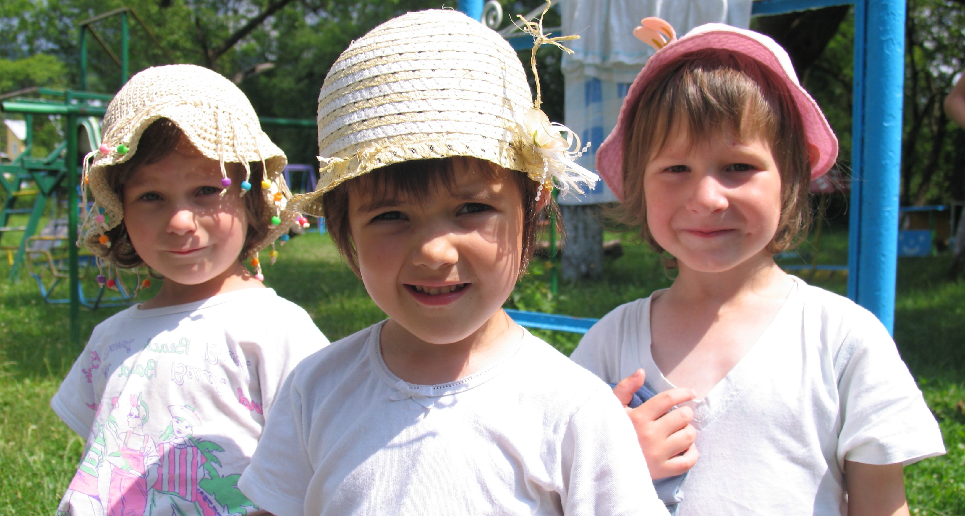 """Mission Litauen 2011"" - Lithuanian children receiving brand new donated summer hats"